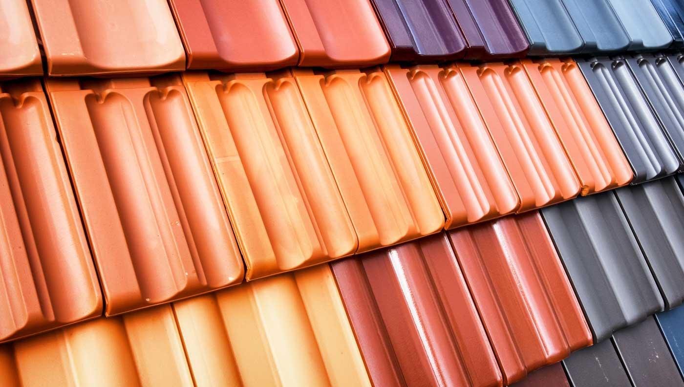 Unterschiedliche Tonziegel und Betondachsteine auf einer Dachfläche