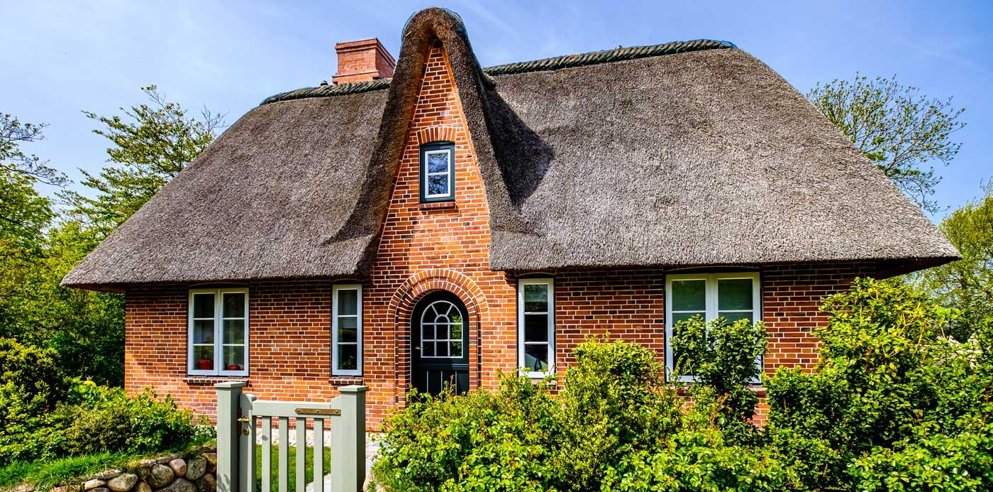 Bauernhaus in Schleswig-Holstein mit einem Reetdach