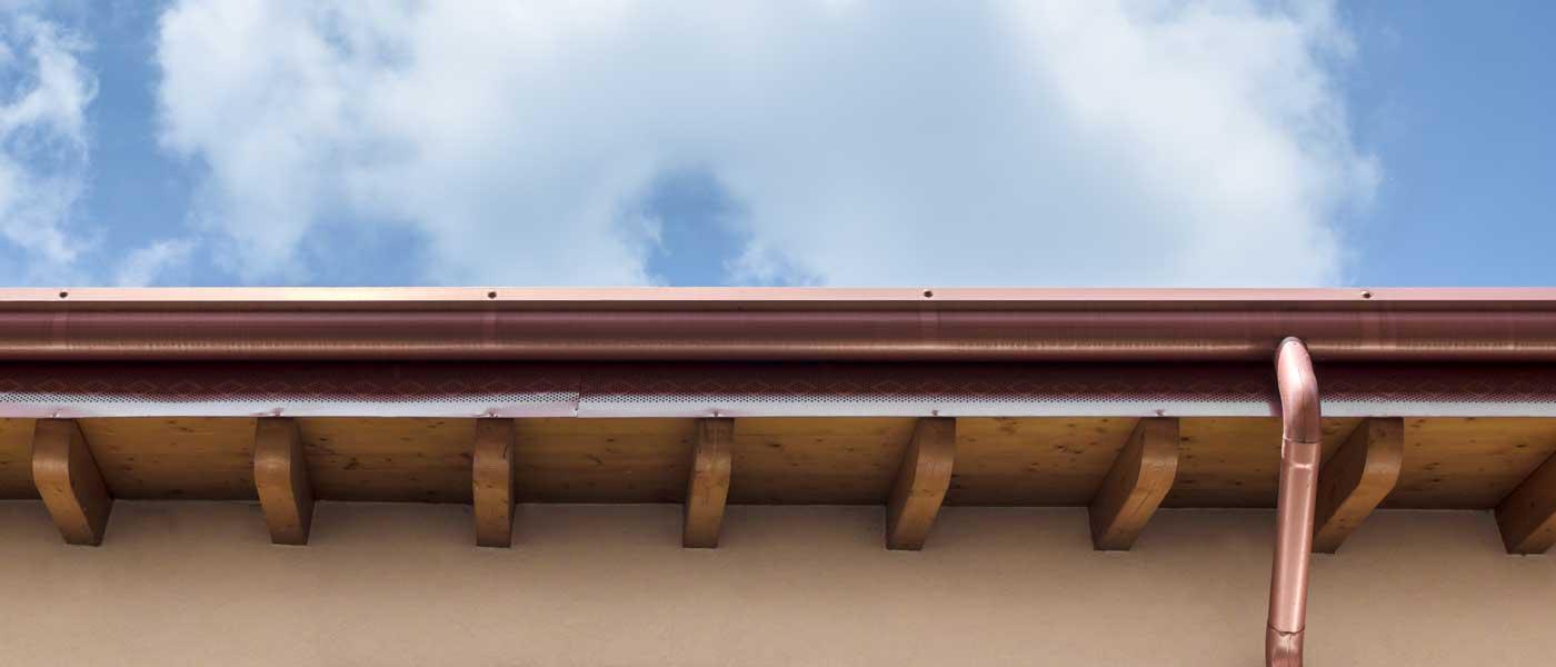 Regenrinne aus Kupfer an einem traditionellen Holzdachstuhl